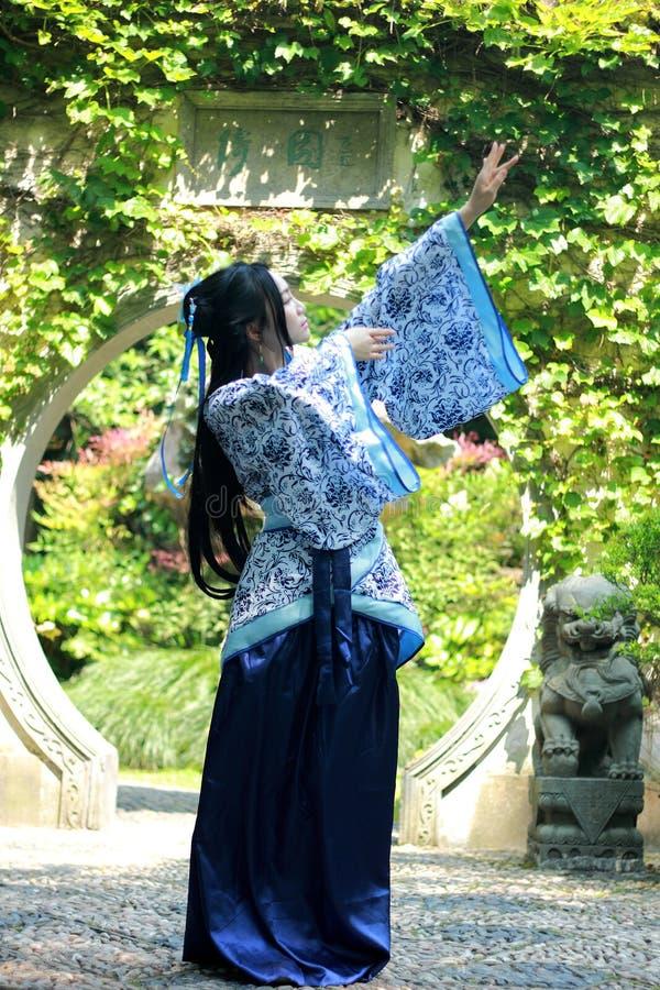 Mujer china en el vestido azul y blanco tradicional de Hanfu que se coloca en el medio de la puerta hermosa fotografía de archivo