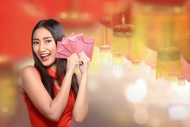 Mujer china feliz con los sobres rojos imágenes de archivo libres de regalías