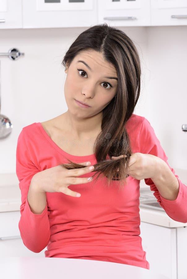 Mujer chocada y triste - pelo roto después de la coloración fotografía de archivo libre de regalías
