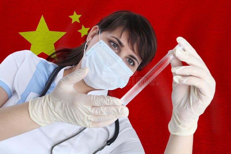 Mujer científica con tubo de prueba Coronavirus o COVID-19 contra la bandera de China Investigación de virus en laboratorio fotos de archivo