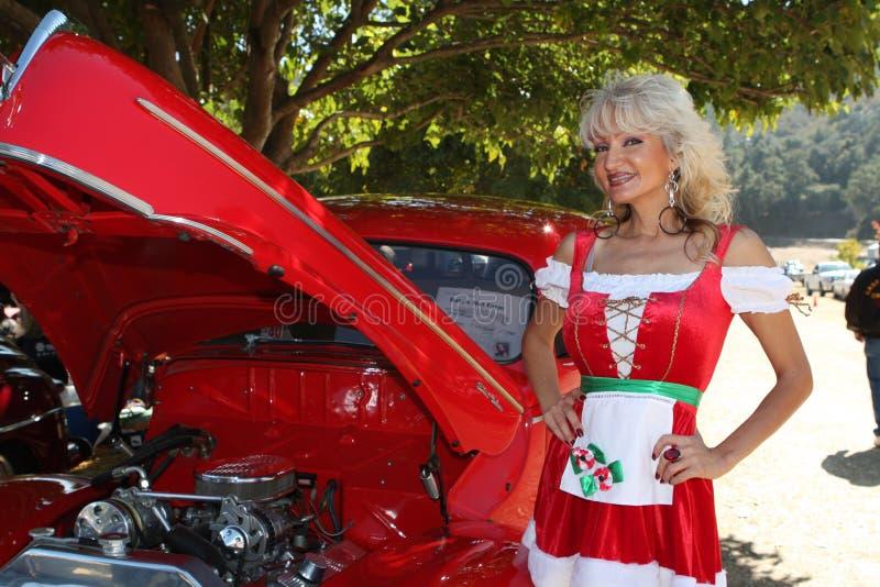 Mujer coche y del dirndl clásicos de la Navidad fotografía de archivo
