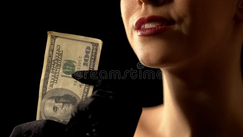 Mujer codiciosa que muestra d?lares en el ganador de la c?mara, del bote o de loter?a, casino imagen de archivo