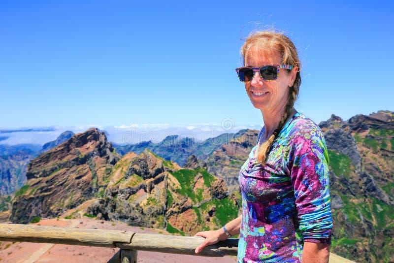 Mujer como turista con las montañas en Madeira Portugal foto de archivo libre de regalías