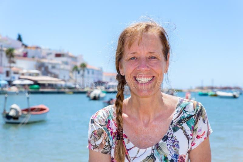 Mujer como turista en el puerto de Portugal foto de archivo