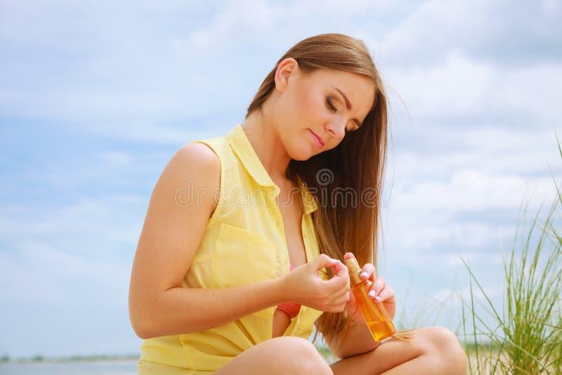 Mujer con aceite del sol fotografía de archivo