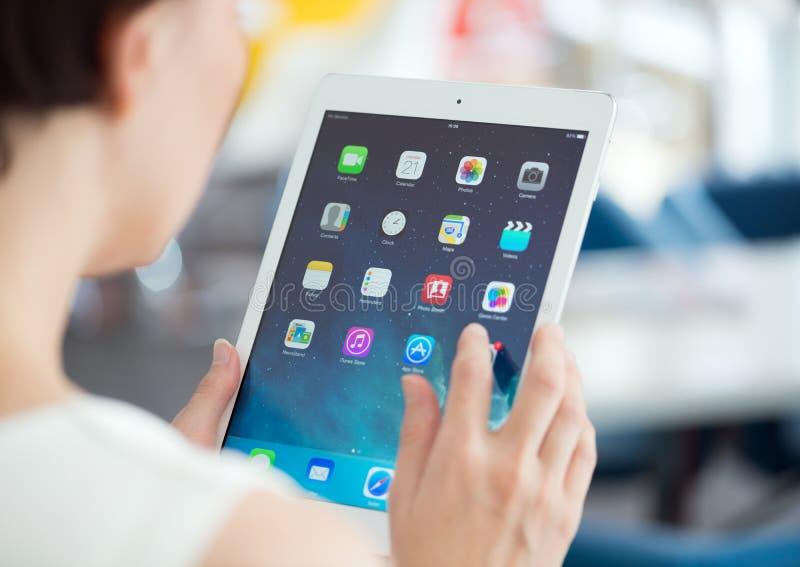 Mujer con aire del iPad de Apple imagenes de archivo
