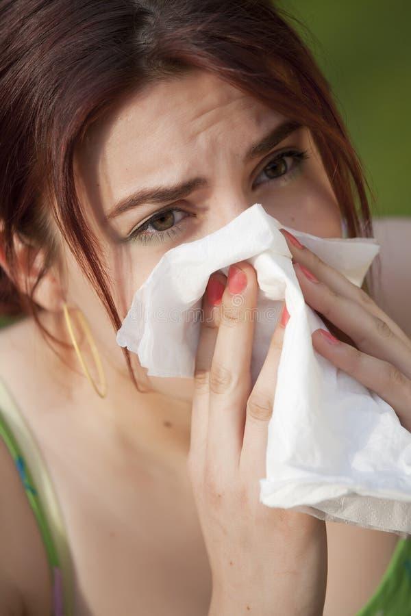 Mujer con alergia que estornuda imágenes de archivo libres de regalías