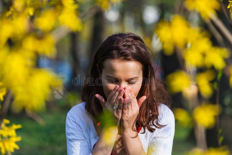 Mujer con alergia que estornuda fotografía de archivo libre de regalías