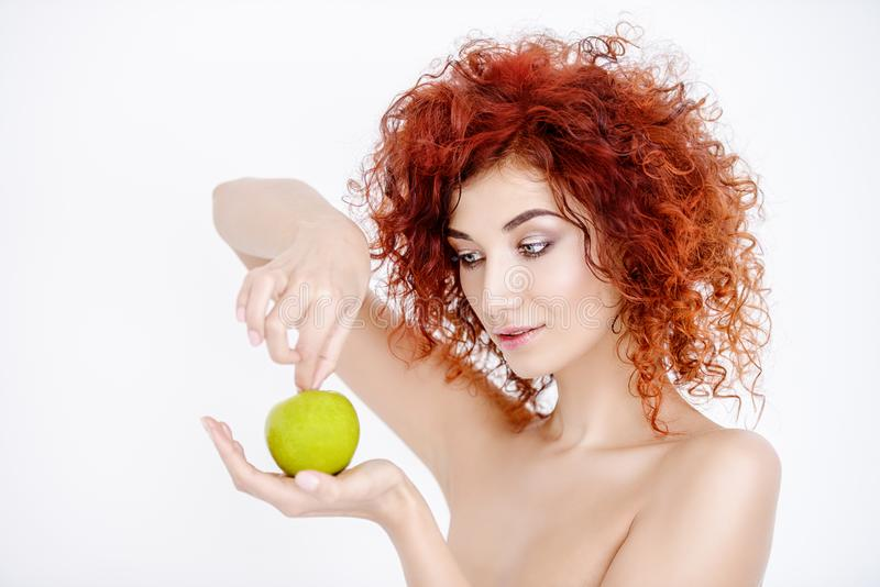 Mujer con Apple imagen de archivo libre de regalías