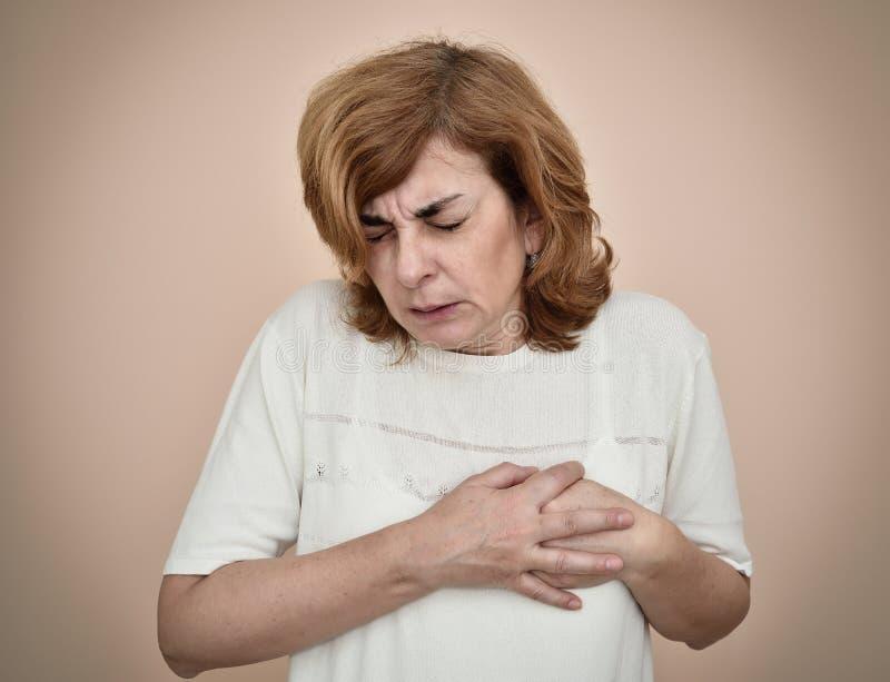Mujer con ataque del corazón fotografía de archivo
