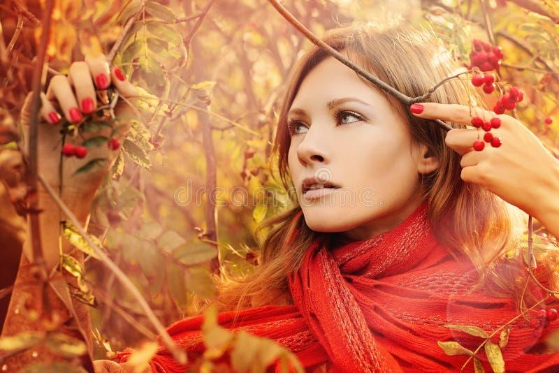 Mujer con Autumn Foliage Outdoors fotografía de archivo