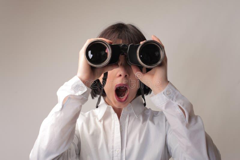 Mujer con binocular fotos de archivo libres de regalías