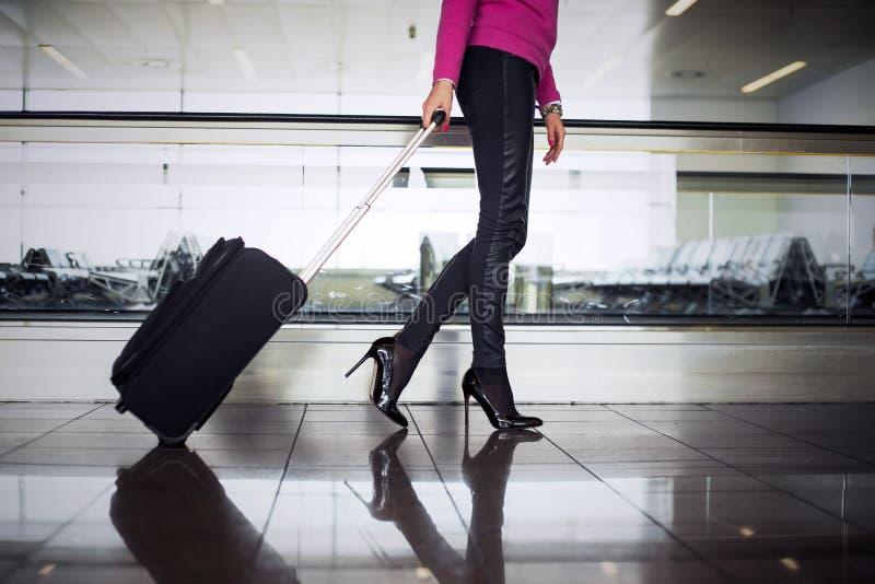 Mujer con bulto de mano en aeropuerto imágenes de archivo libres de regalías