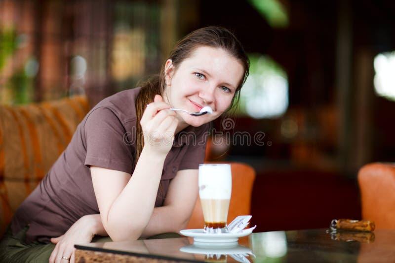 Mujer con café imágenes de archivo libres de regalías