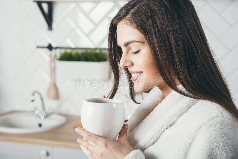 Mujer con café fotos de archivo