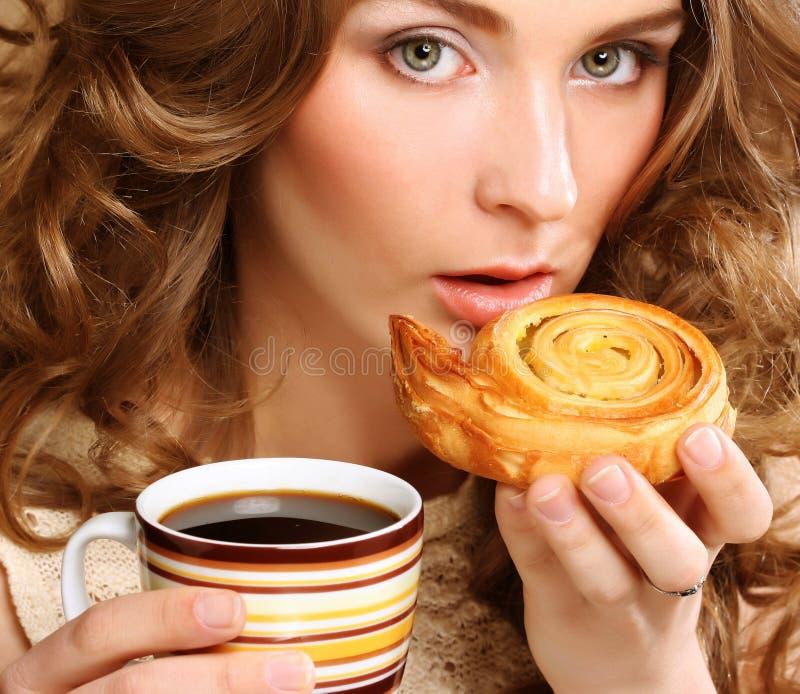 Mujer con café y galletas foto de archivo