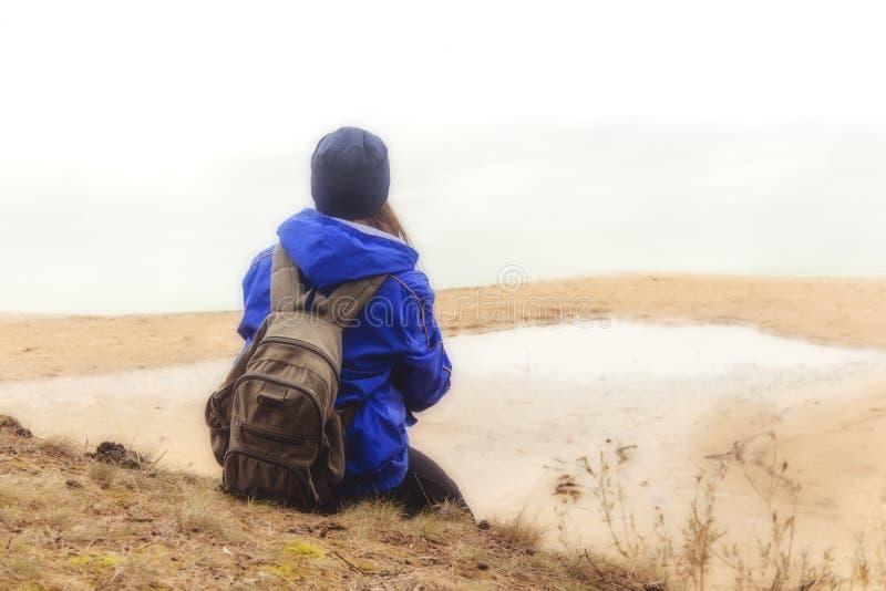 Mujer con caminar que viaja de la mochila Bosque y lago del concepto de la aventura de la forma de vida en vacaciones activas del imagenes de archivo