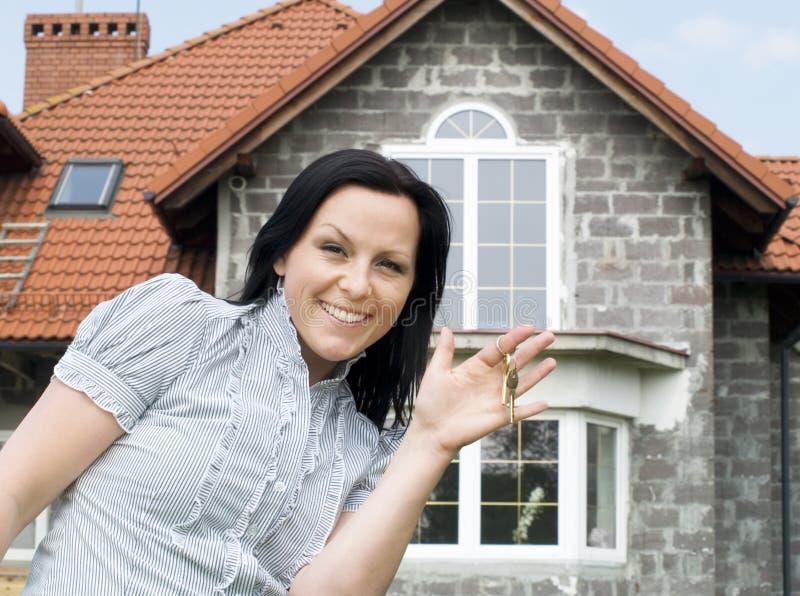 Mujer con claves a la nueva casa imagenes de archivo