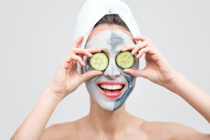 Mujer con Clay Mask y los pepinos imagen de archivo