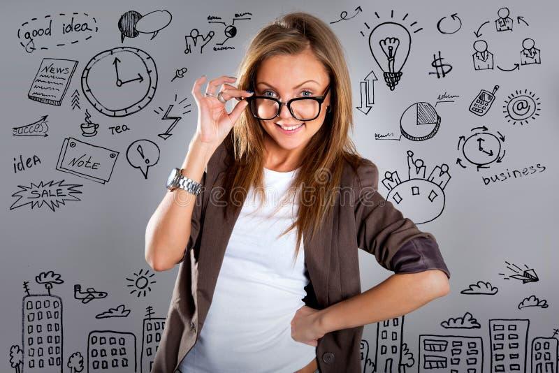 Mujer con concepto del plan empresarial en la pared imagen de archivo