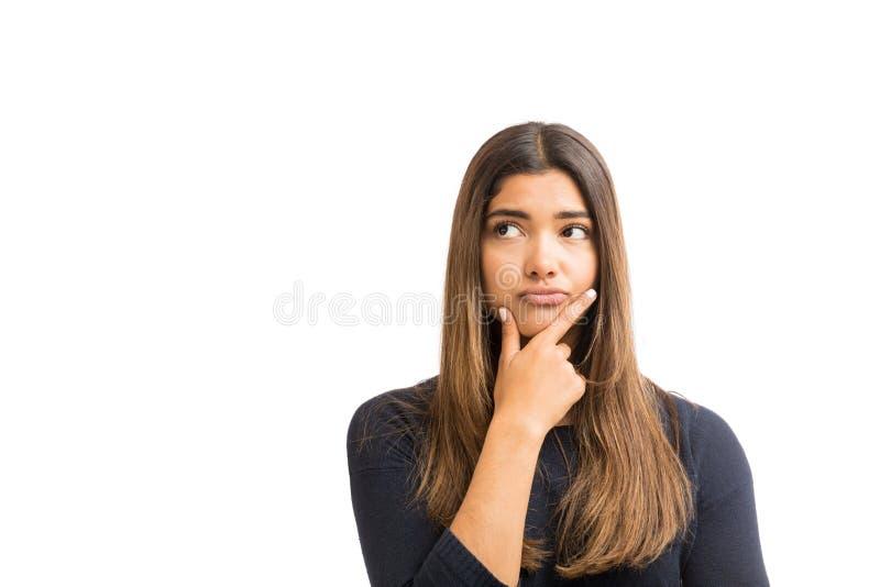 Mujer con día largo del pelo que sueña en blanco fotografía de archivo