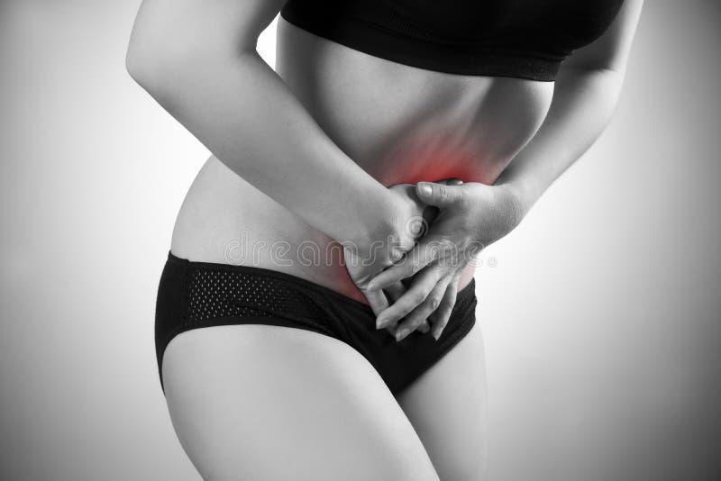 Mujer con dolor abdominal Dolor en el cuerpo humano fotos de archivo libres de regalías