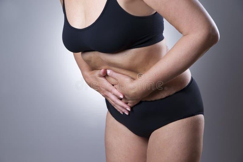 Mujer con dolor abdominal Dolor en el cuerpo humano imagen de archivo