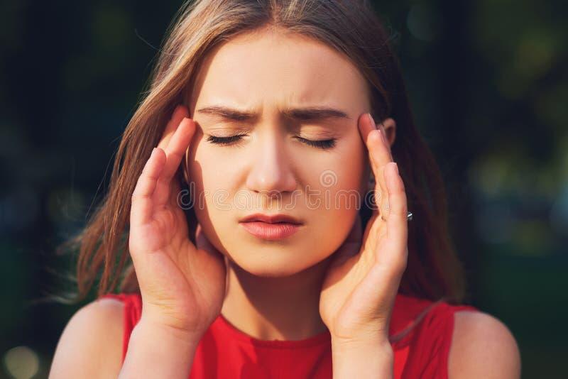Mujer con dolor de cabeza, jaqueca o la tensión fotografía de archivo libre de regalías