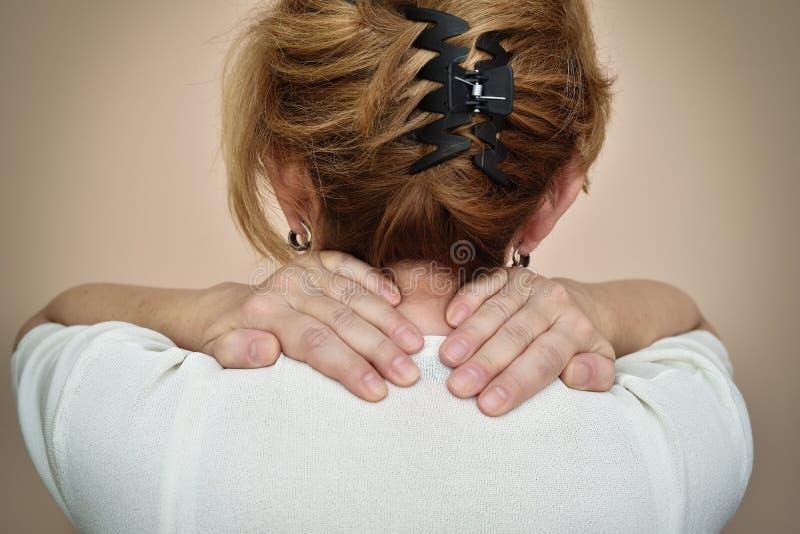 Mujer con dolor de cuello fotografía de archivo