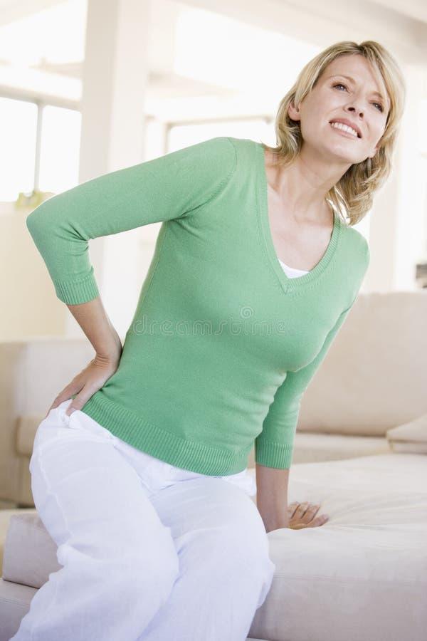 Mujer con dolor de espalda fotos de archivo libres de regalías