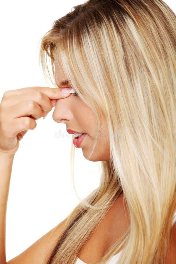 Mujer con dolor de la presión del sino fotografía de archivo