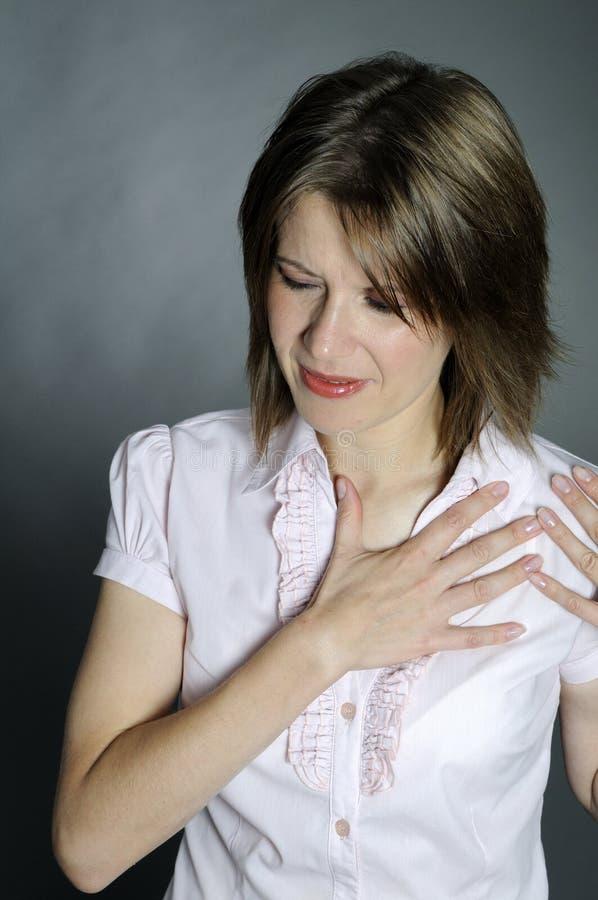 Mujer con dolor de pecho fotos de archivo libres de regalías