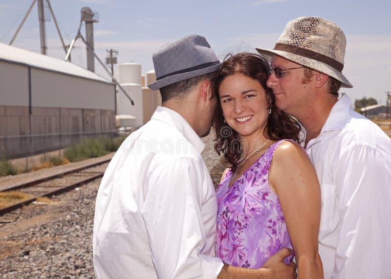 Mujer con dos hombres imagenes de archivo
