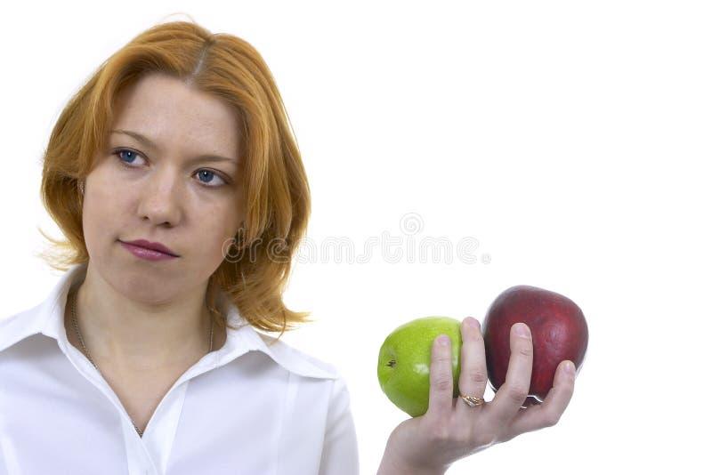 Mujer con dos manzanas imagen de archivo libre de regalías