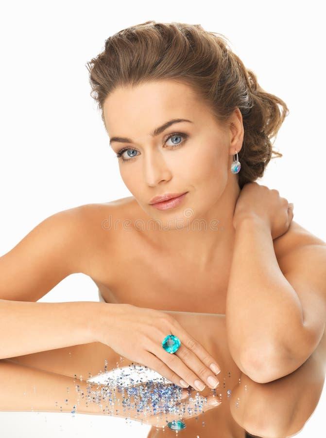 Mujer con el anillo y las piedras del cóctel imagen de archivo