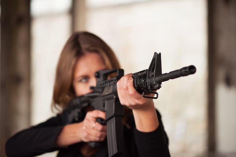 Mujer con el arma fotos de archivo
