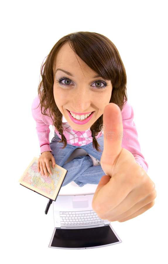 Mujer con el atlas y computadora portátil que muestra los pulgares para arriba imagen de archivo