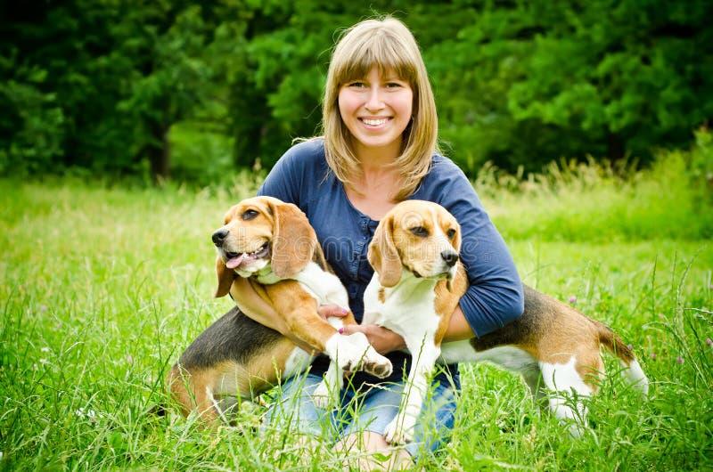Mujer con el beagle imágenes de archivo libres de regalías