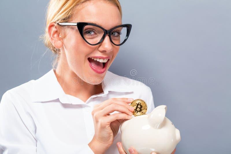 Mujer con el bitcoin y la hucha fotos de archivo libres de regalías