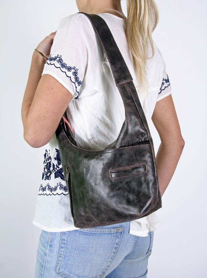Mujer con el bolso de mano femenino imagenes de archivo