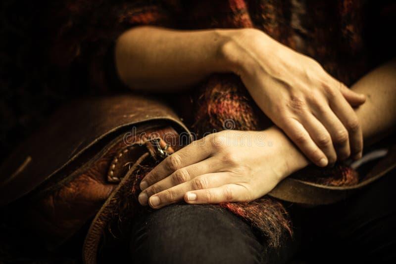 Mujer con el bolso que se sienta en el sofá viejo del vintage imágenes de archivo libres de regalías