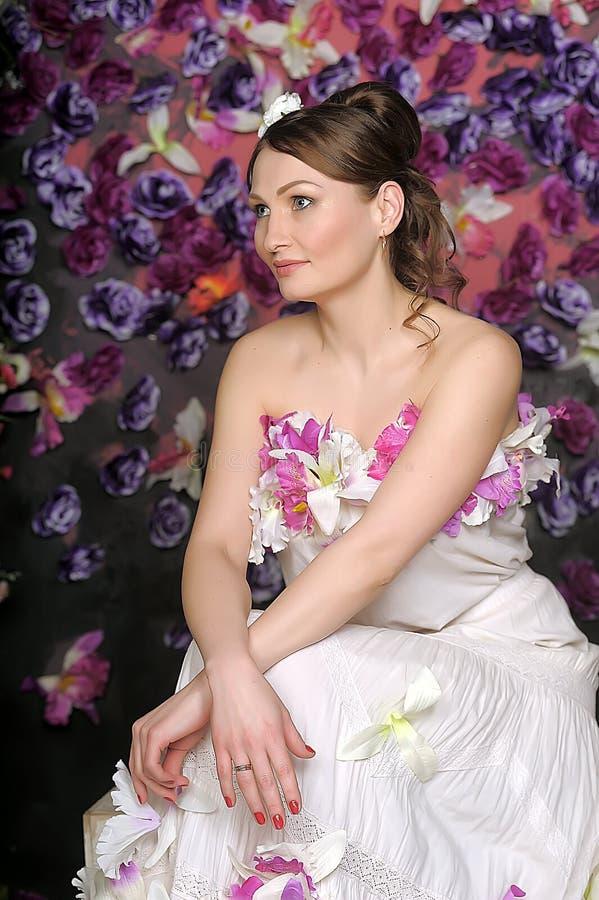 Mujer con el bouqet de rosas foto de archivo libre de regalías