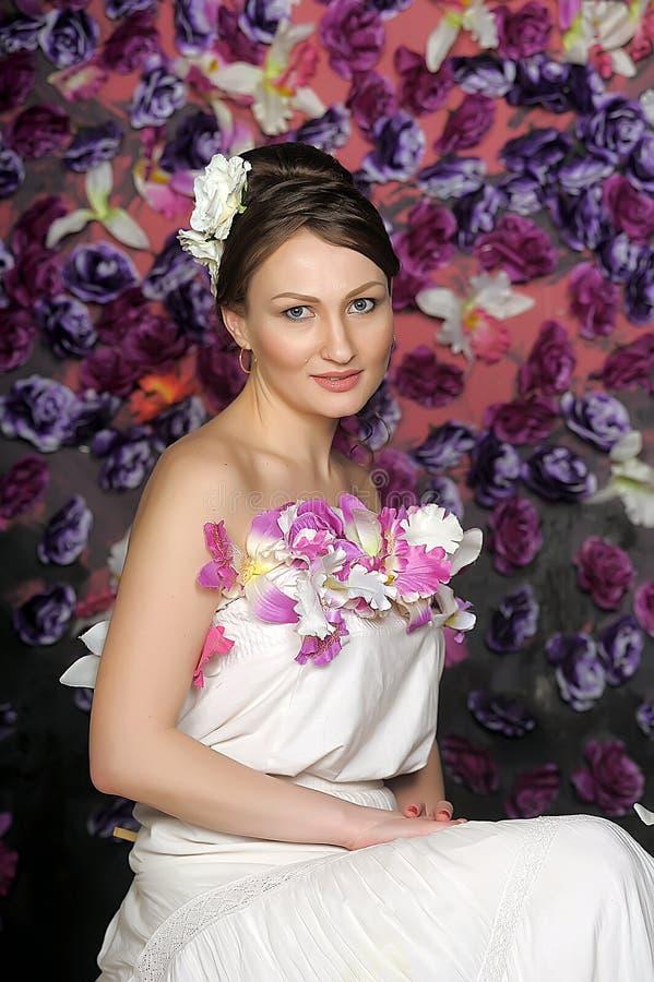 Mujer con el bouqet de rosas foto de archivo