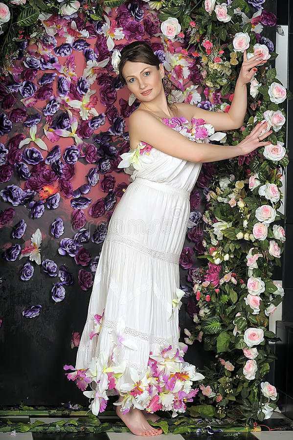 Mujer con el bouqet de rosas fotos de archivo libres de regalías