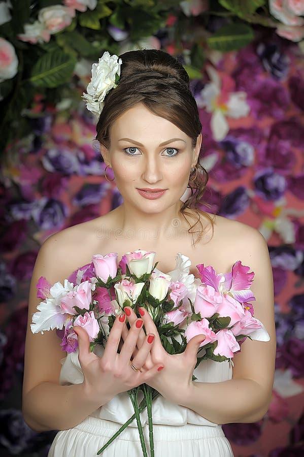 Mujer con el bouqet de rosas imagen de archivo