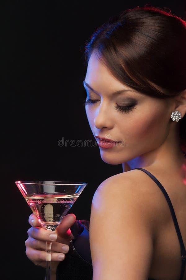 Mujer con el cóctel fotografía de archivo libre de regalías