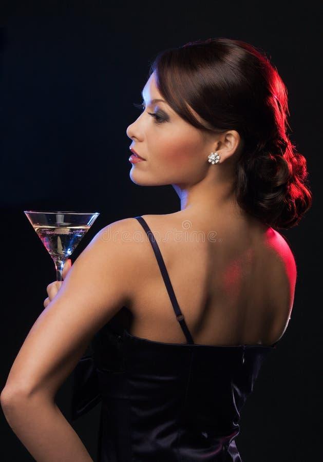 Mujer con el cóctel foto de archivo libre de regalías