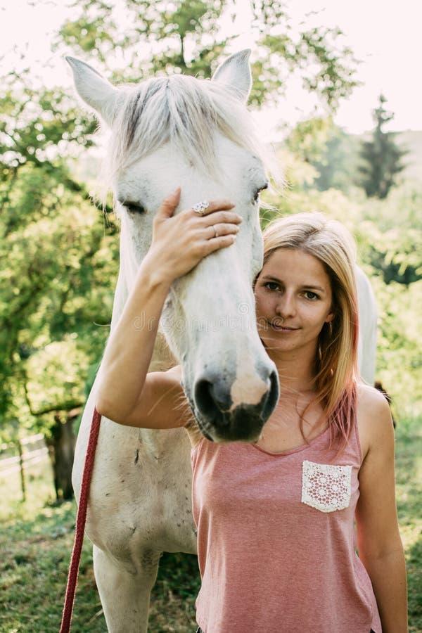 Mujer con el caballo blanco al aire libre fotos de archivo libres de regalías