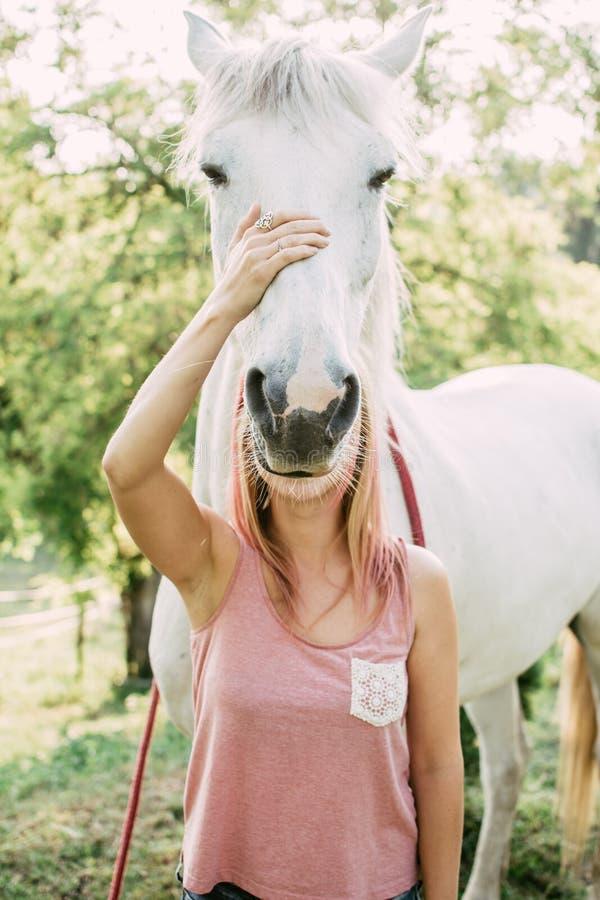 Mujer con el caballo blanco al aire libre imágenes de archivo libres de regalías
