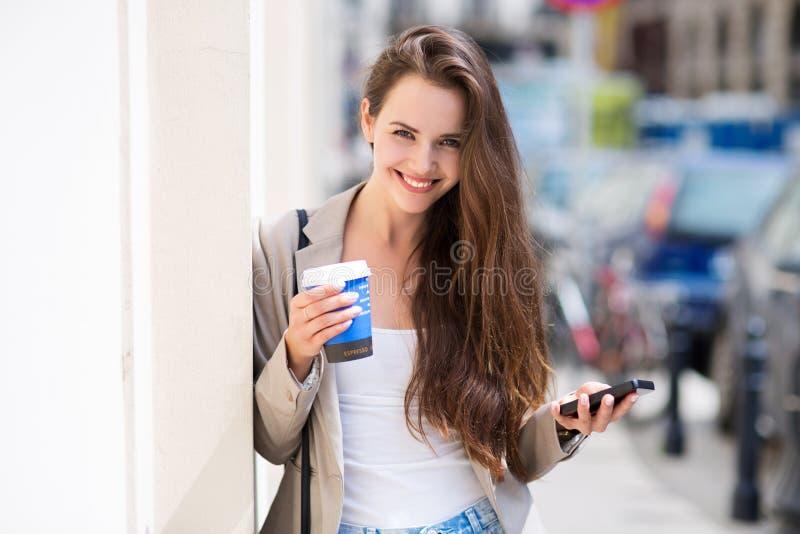 Mujer con el café a ir imagenes de archivo